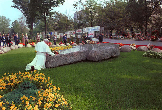 Pope John Paul II at the Fr Popiełuszko's grave